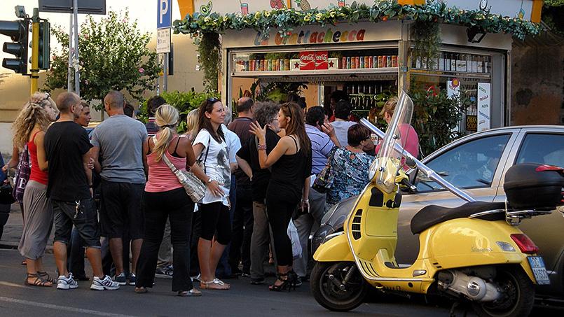 Queues of customers at Sora Maria Grattachecca rome